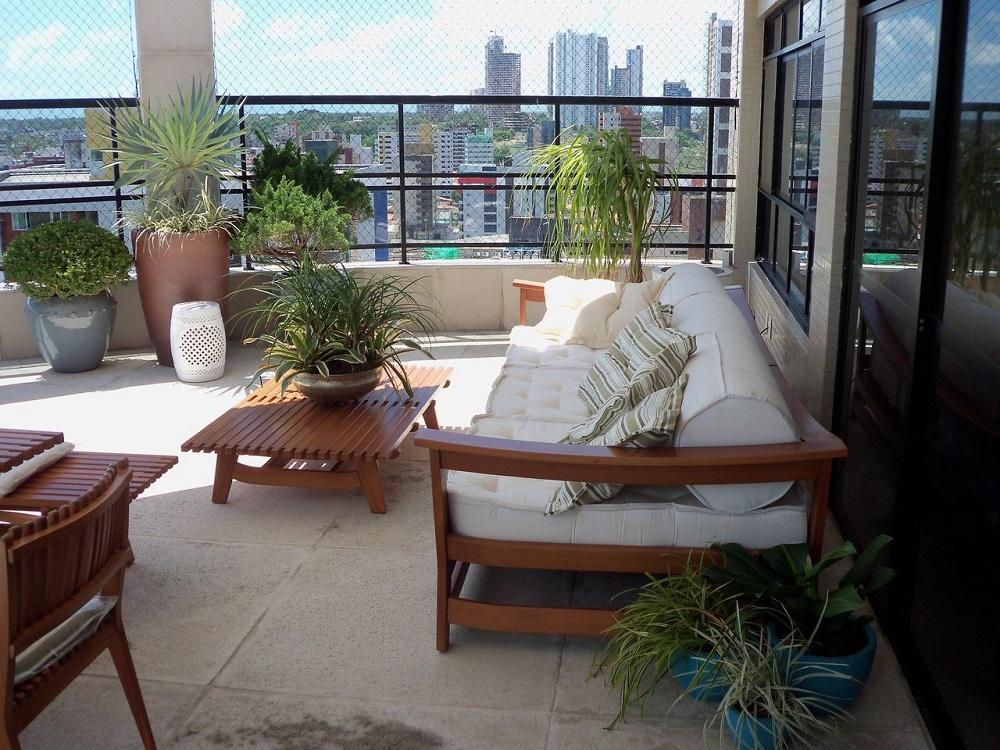 decoração com móveis de madeira para varanda ampla Foto Julio Anjos