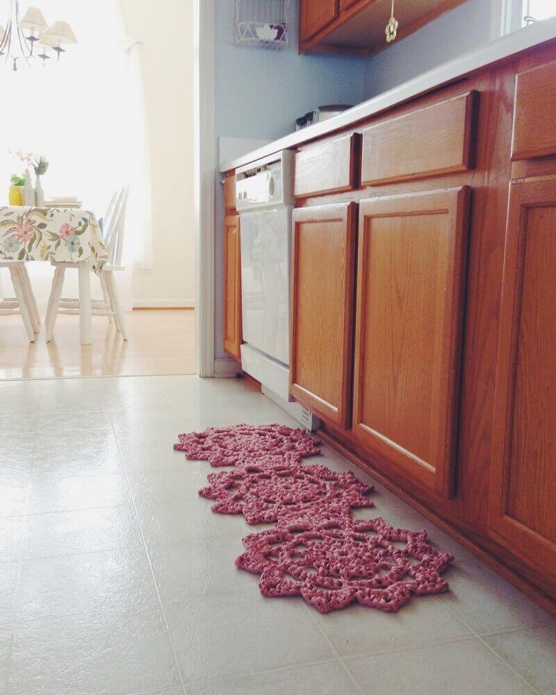 decoração com modelo diferente de passadeira de crochê para cozinha Foto Assetproject