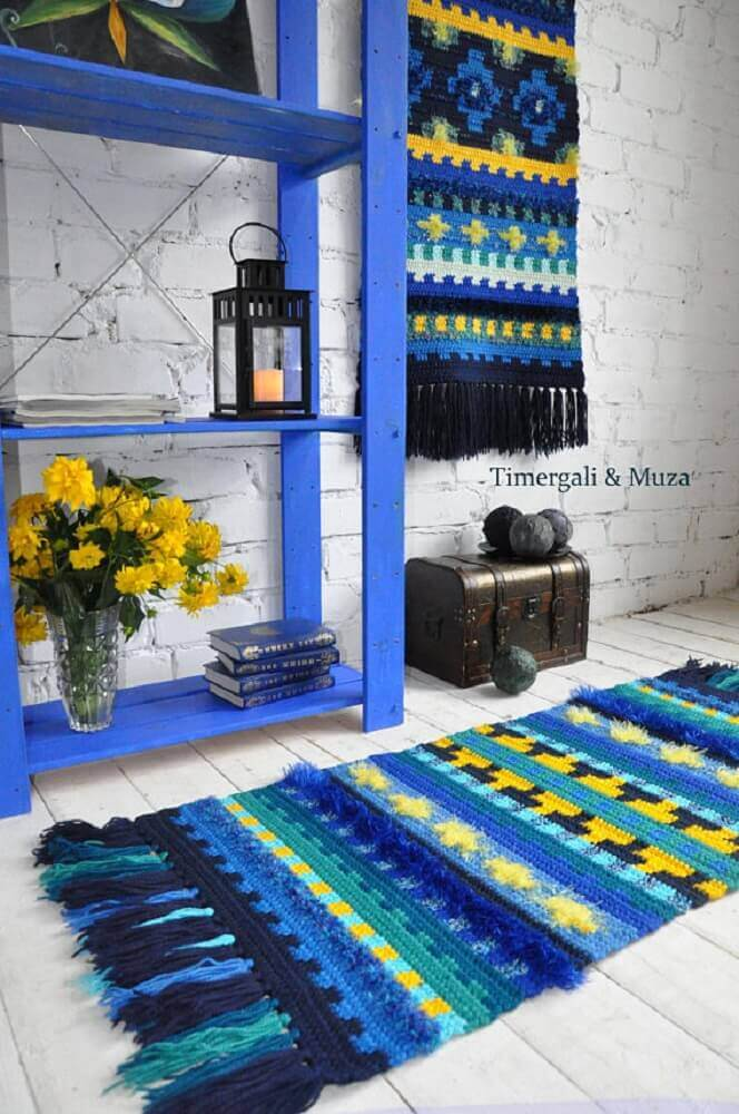 decoração com parede de tijolinho armário azul e passadeira em crochê Foto Pinterest