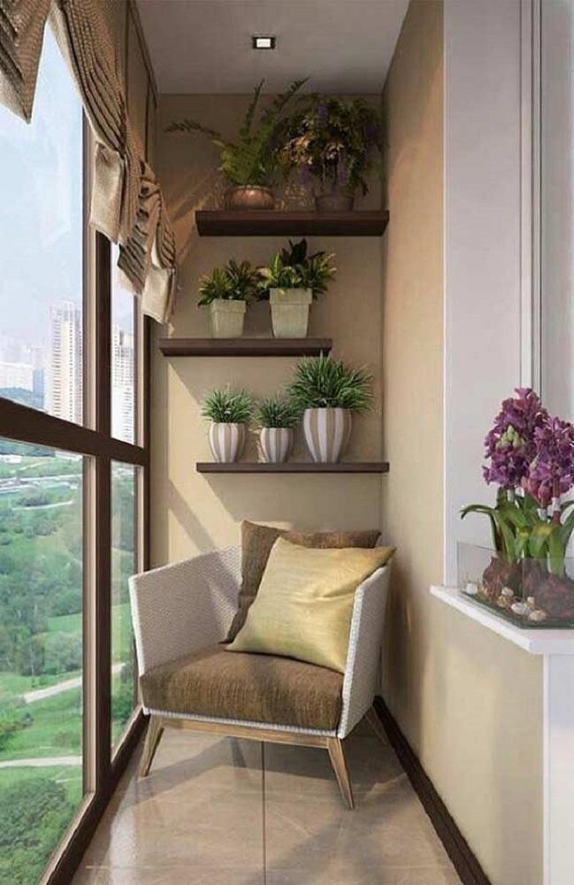 decoração com prateleiras de madeira e poltrona para varanda pequena Foto Pinterest