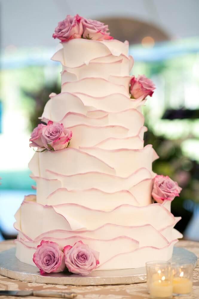 decoração com rosas para bolo de casamento simples com chantilly Foto Silvia Fregonese