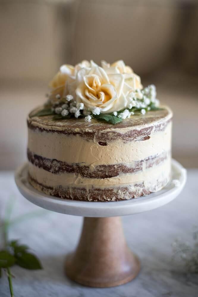 decoração com rosas para bolo simples de casamento Foto Marulan General Store