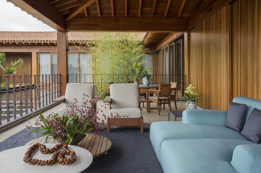 decoração com sofá azul e cadeiras para área externa Foto Denise Barretto