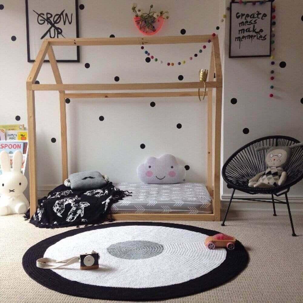 decoração com tapete de crochê para quarto montessoriano Foto The Holk