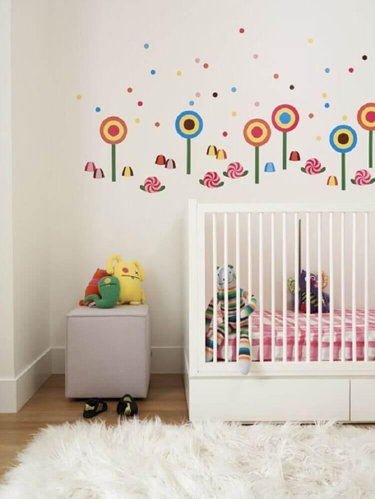decoração com tapete felpudo para quarto de bebê com adesivos na parede Foto Roseann Repetti Interiors