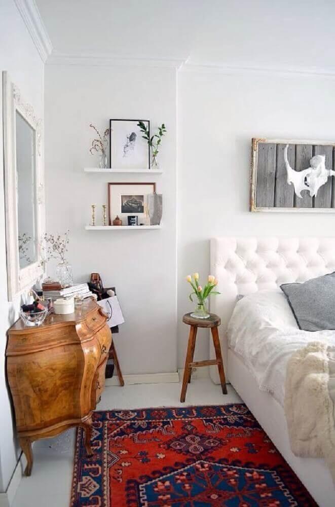 decoração com tapete para quarto de casal com cabeceira branca capitonê e cômoda antiga Foto Pinterest