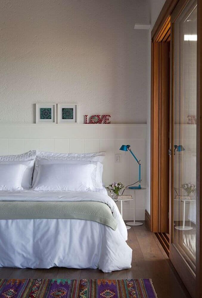 decoração com tapete para quarto de casal com luminária de mesa azul Foto Juliana Pippi