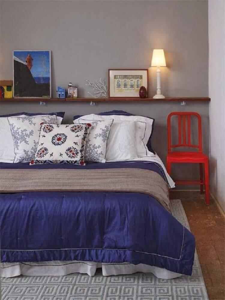 decoração com tapete para quarto de casal com parede cinza e prateleira de madeira Foto Lilimilly Criativa