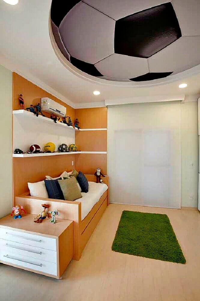 decoração com tapete para quarto de menino com tema futebol Foto Yazzic