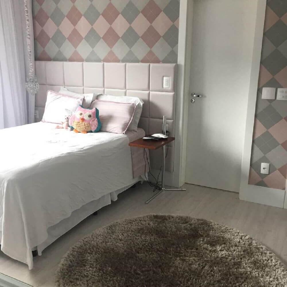 decoração com tapete redondo para quarto com cabeceira estofada Foto Pinterest