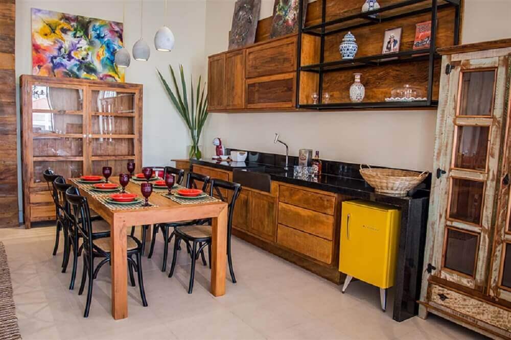decoração de cozinha com móveis de madeira de demolição