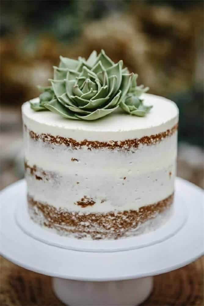decoração delicada com bolo simples de casamento com suculenta no topo Foto WeddingInclude