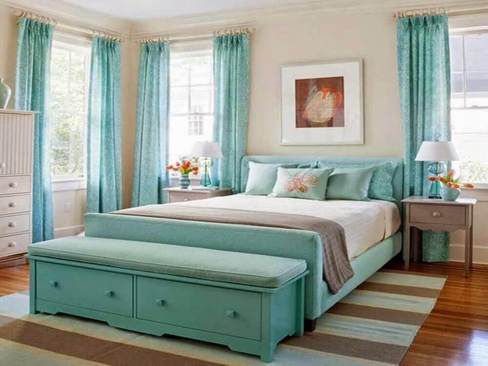 decoração em azul turquesa para quarto de casal com tapete listrado Foto Tom Bates