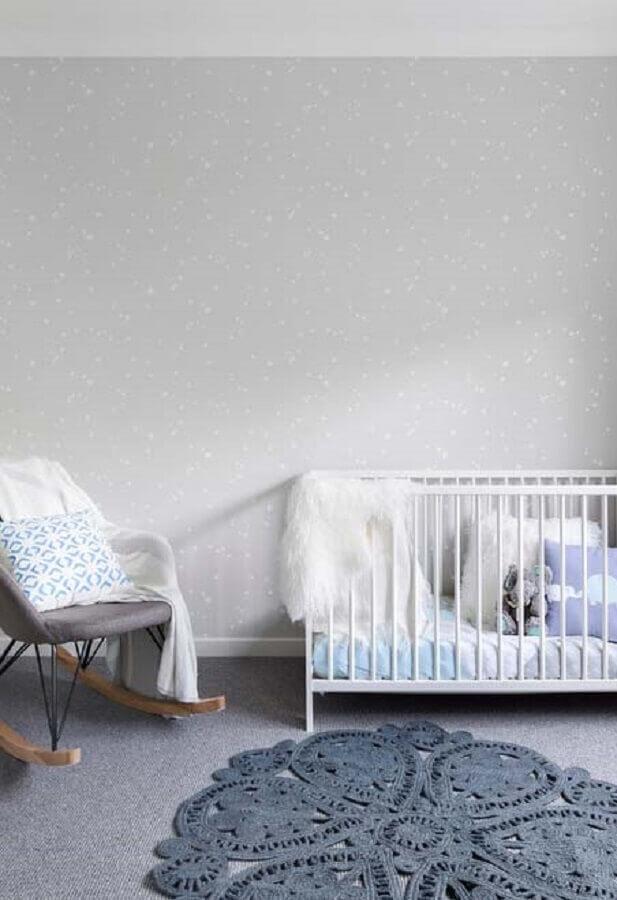 decoração em tons de cinza com tapete de crochê para quarto de bebê Foto FirePont