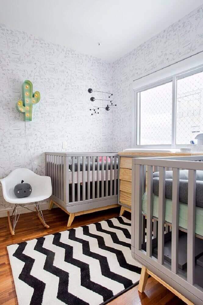 decoração em tons de cinza com tapete para quarto de bebês gêmeos com luminária em formato de cacto Foto The Holk