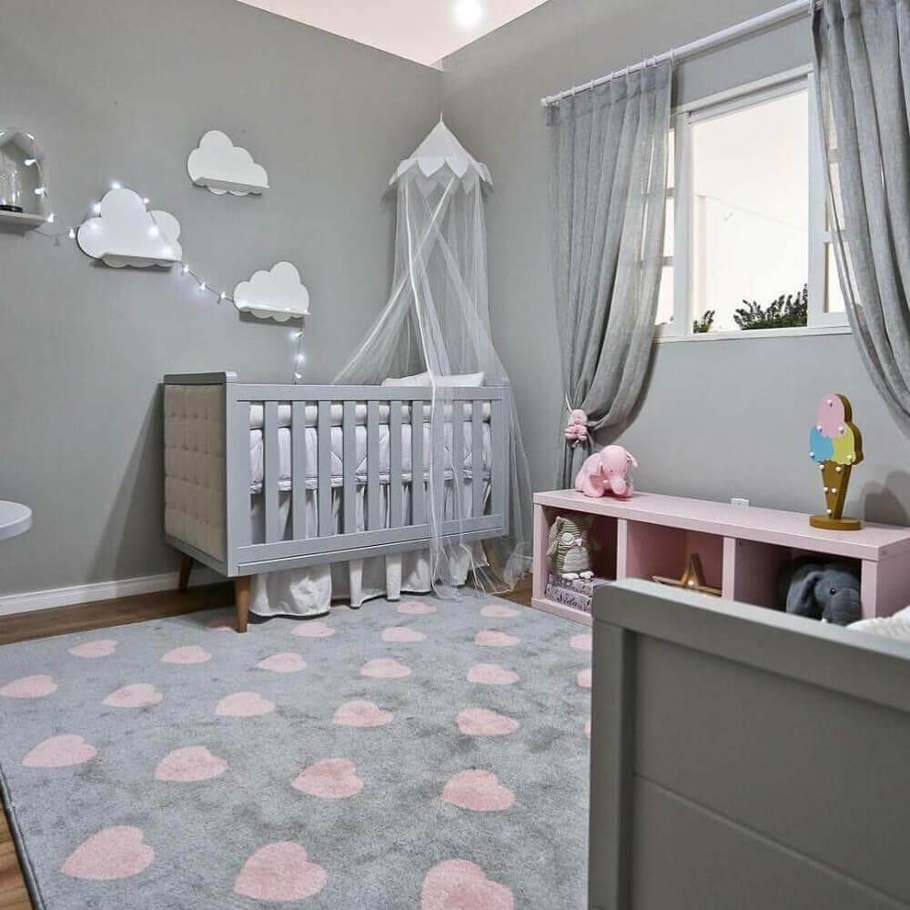 decoração em tons de cinza e rosa com tapete para quarto de bebê com estampa de coração Foto Espaço Infantil
