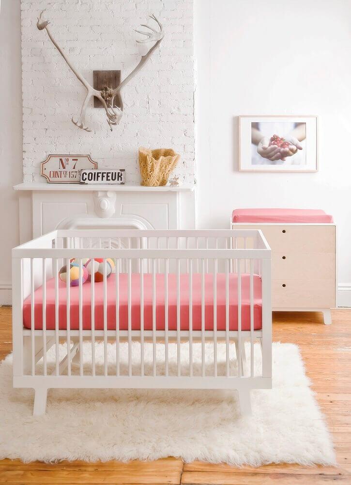 decoração em tons de rosa e branco com tapete felpudo para quarto de bebê Foto Petit Bazaar