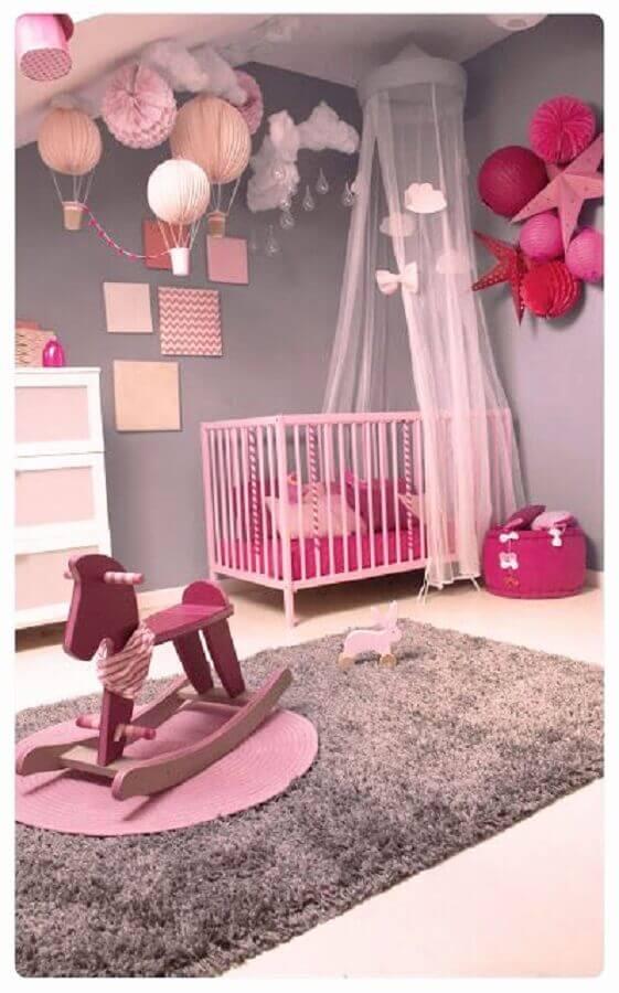 decoração em tons de rosa e cinza com tapete felpudo para quarto de bebê Foto Idée de Décoration
