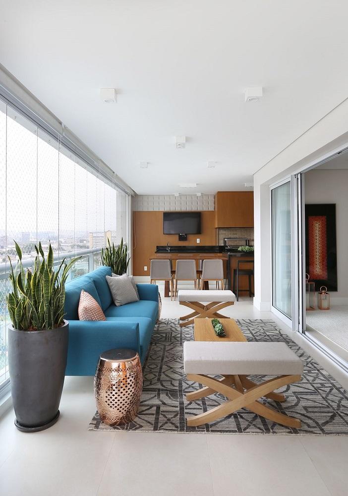 decoração em tons neutros com sofá azul e móveis para varanda ampla Foto Renata Popolo