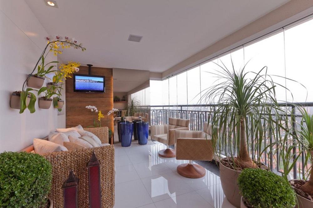 decoração em tons neutros com sofá de vime e poltrona para varanda ampla Foto Marcia Varalla