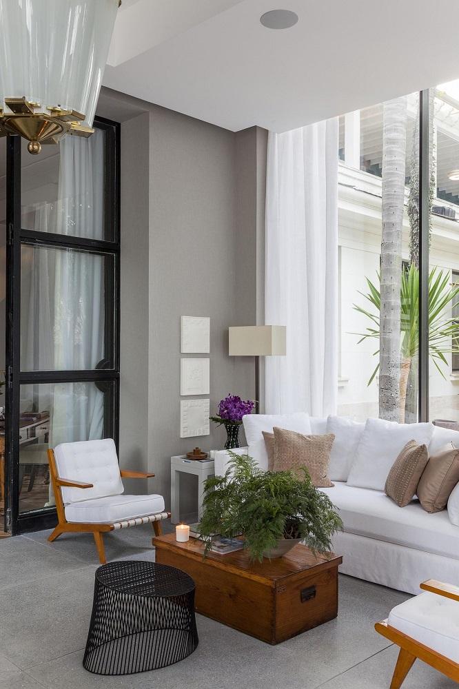 decoração em tons neutros com sofá e poltrona para varanda Foto Dado Castello Branco
