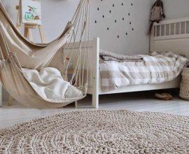 decoração em tons neutros com tapete de crochê para quarto de solteiro Foto Pinterest