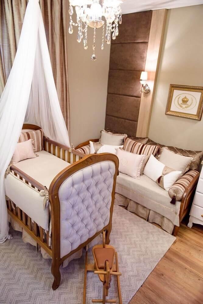 decoração em tons neutros com tapete para quarto de bebê com berço de madeira com acabamento em capitonê Foto Atelier Classico