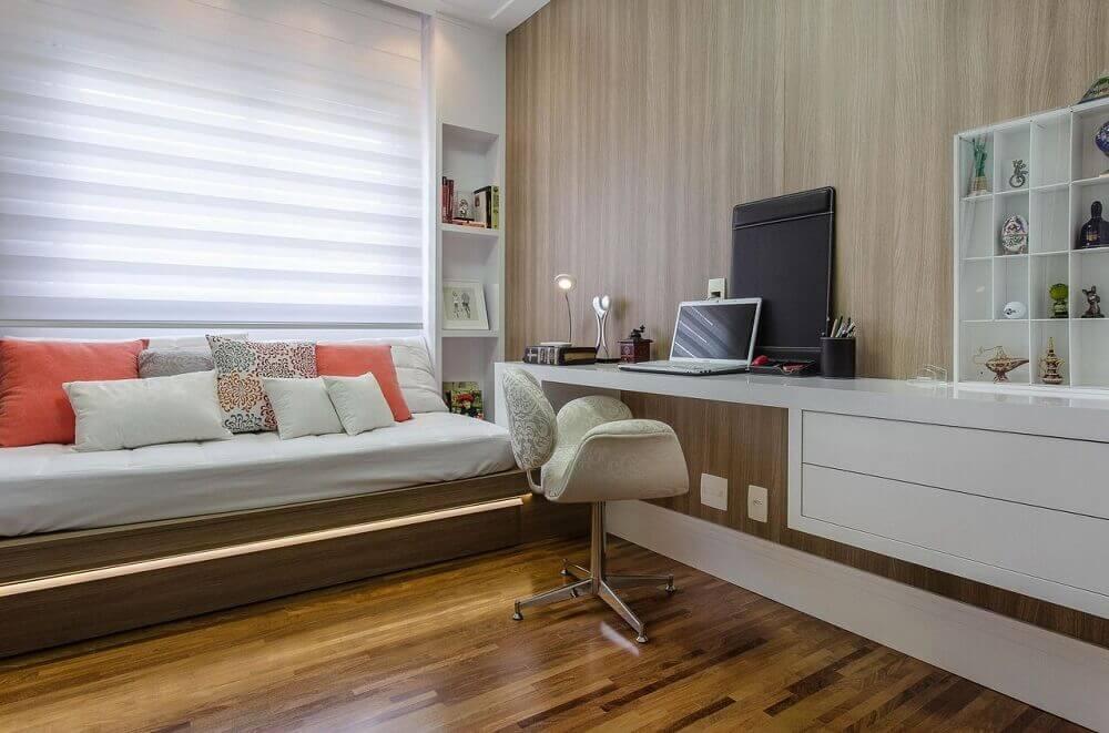 decoração em tons neutros para quarto de solteiro planejado com bancada de estudo Foto Marcia Acaro