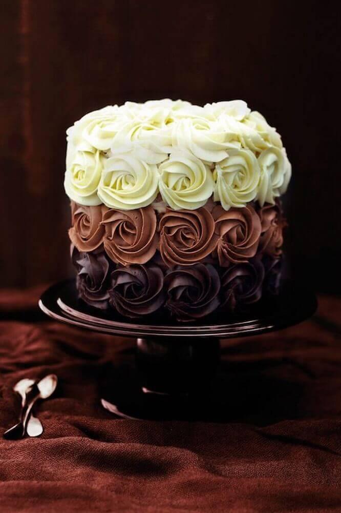 decoração em três cores para bolo de casamento simples com chantilly Foto Alison Coldridge