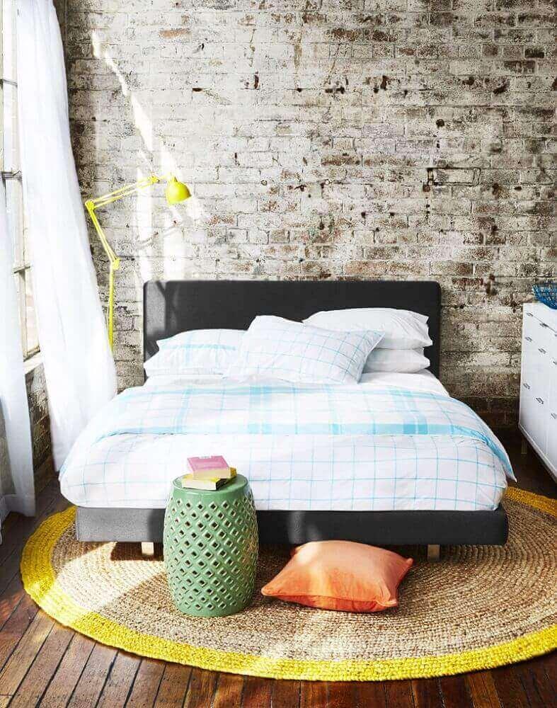 decoração estilo industrial com tapete de crochê para quarto com parede de tijolinho e cabeceira preta Foto Style By Freedom