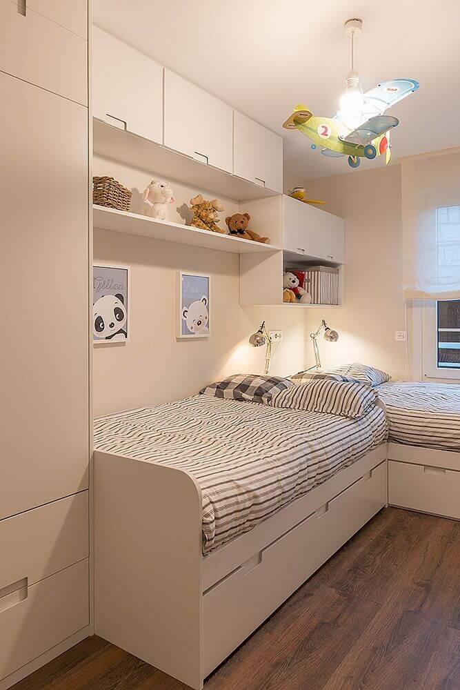 decoração infantil para quarto de solteiro planejado com duas camas e aviãozinho no teto Foto Pinterest