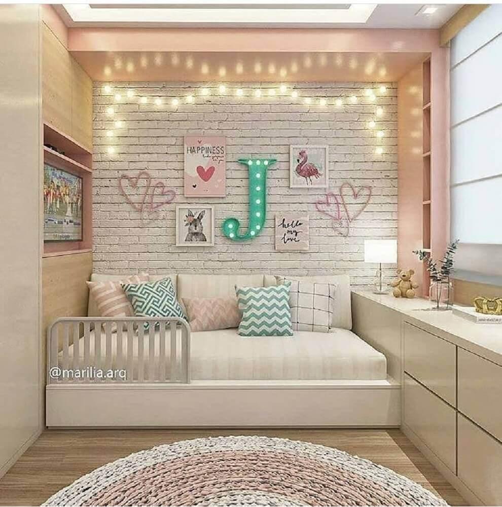 decoração infantil para quarto planejado solteiro feminino com papel de parede de tijolinho Foto Mystalk