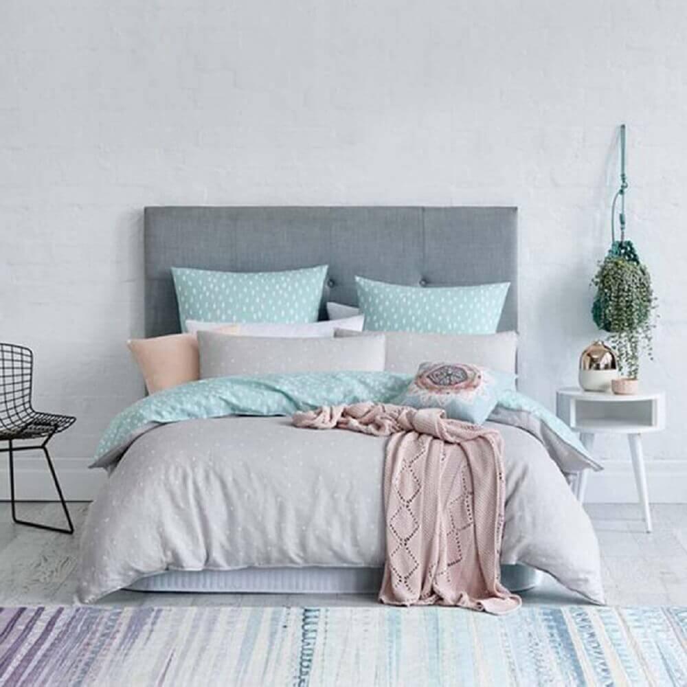 decoração minimalista com tapete para quarto de casal todo em tons de cinza Foto Manu Luize
