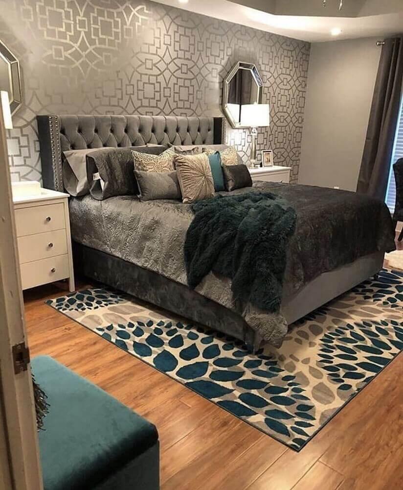 decoração para quarto de casal com cabeceira capitonê e papel de parede cinza e tapete para quarto de casal Foto Attractive Hub