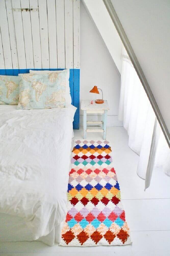 decoração para quarto todo branco com passadeira de crochê colorida Foto Marília Fleury