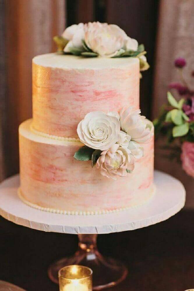 decoração romântica com bolo de casamento simples e bonito decorado com pérolas e flores brancas Foto Leeches