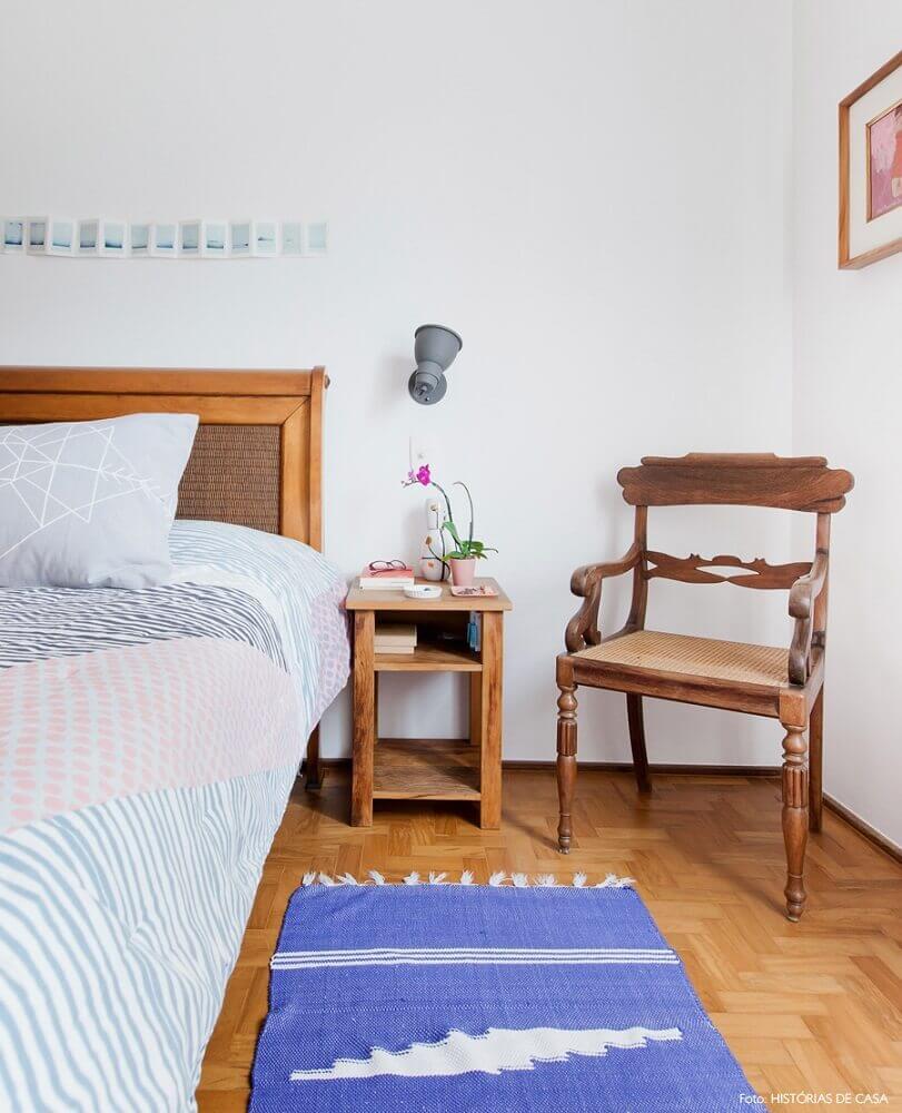 decoração simples com móveis de madeira e tapete para quarto de casal Foto Histórias de casa