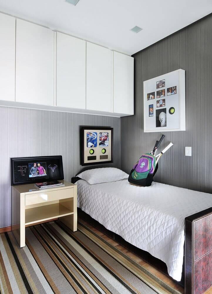 decoração simples com tapete listrado para quarto de solteiro planejado Foto Webcomunica