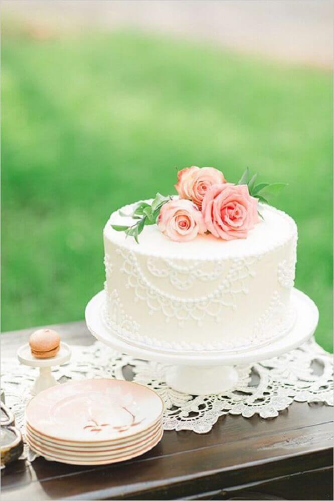 delicado bolo para casamento simples decorado com rendas e flores cor de rosa Foto Leeches