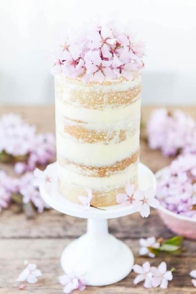 delicado bolo simples de casamento decorado com flores lilás Foto Wedding Omania