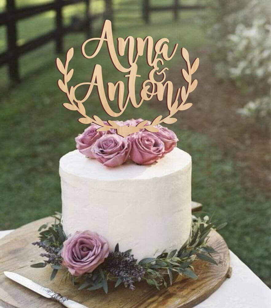 delicado modelo de bolo de casamento simples com chantilly e rosas lilás Foto Weddbook