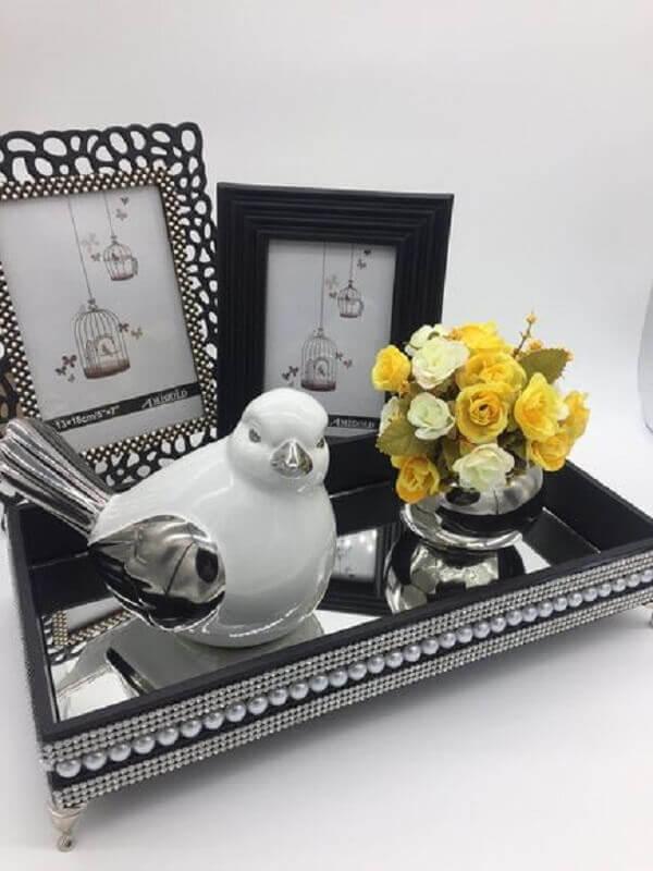 enfeites decorativos para sala de estar com bandeja espelhada Foto Pinterest