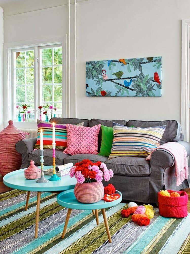 enfeites decorativos para sala de estar com tapete colorido e mesa de centro azul Foto Hum Ideas