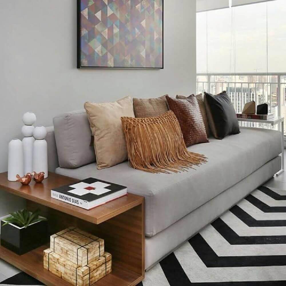 enfeites decorativos para sala de estar com tapete preto e branco e muitas almofadas Foto We Heart It