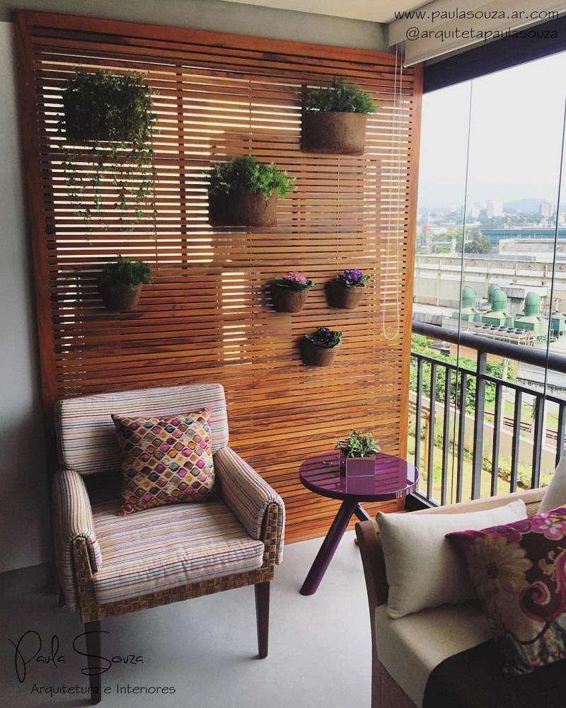 móveis para varanda com jardim vertical e cortina de vidro Foto Paula Souza