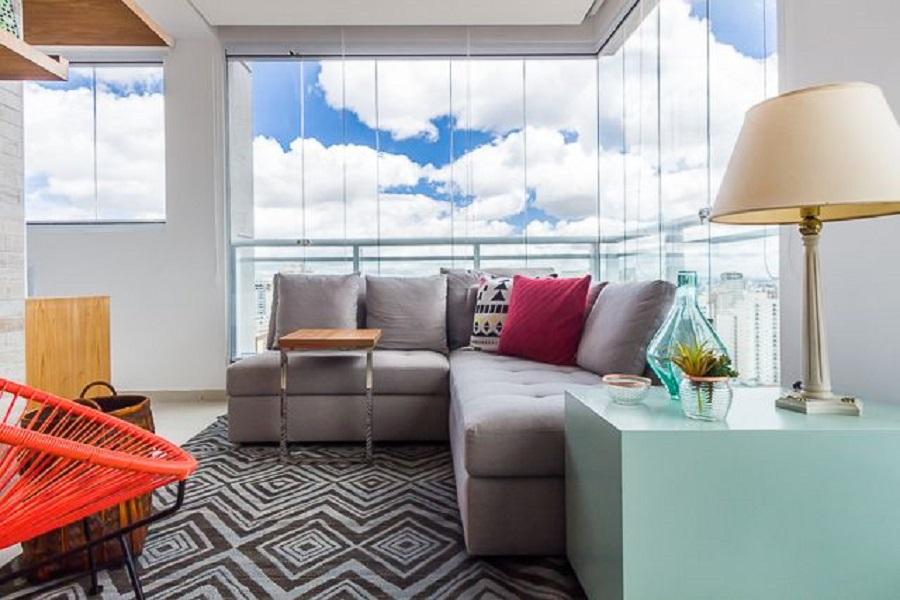móveis para varanda com sofá de canto e mesa azul Foto Duda Senna