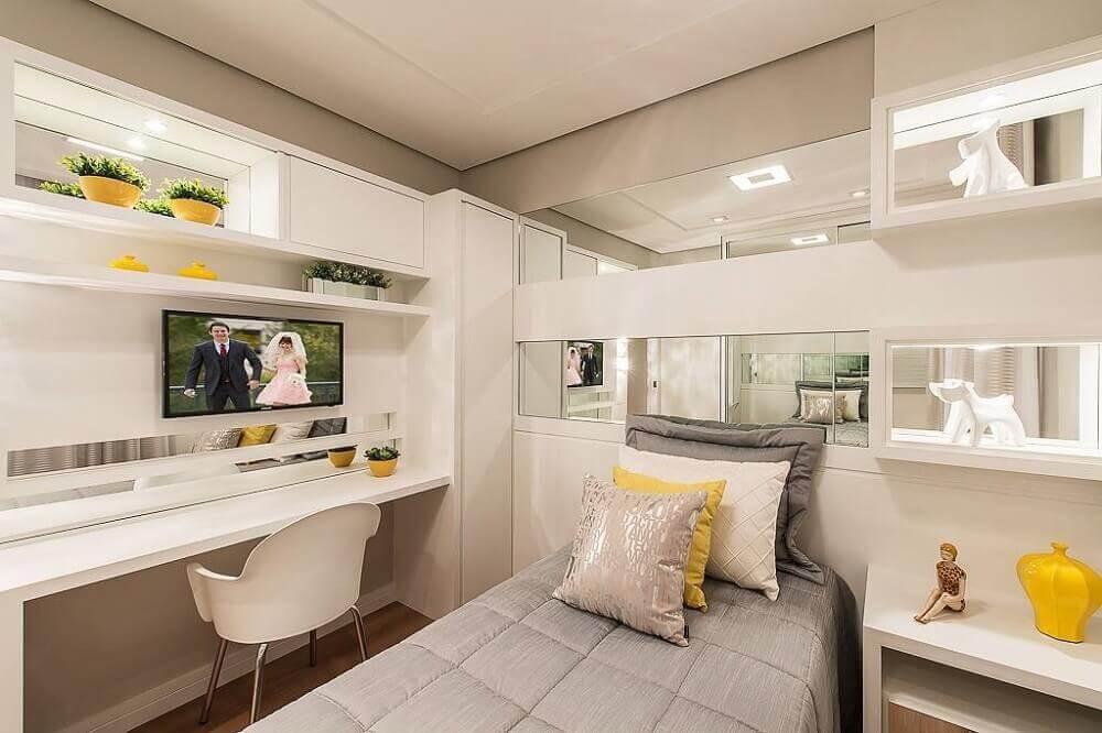 móveis planejados para quarto de solteiro todo branco com nichos espelhados e iluminação embutida Foto Webcomunica