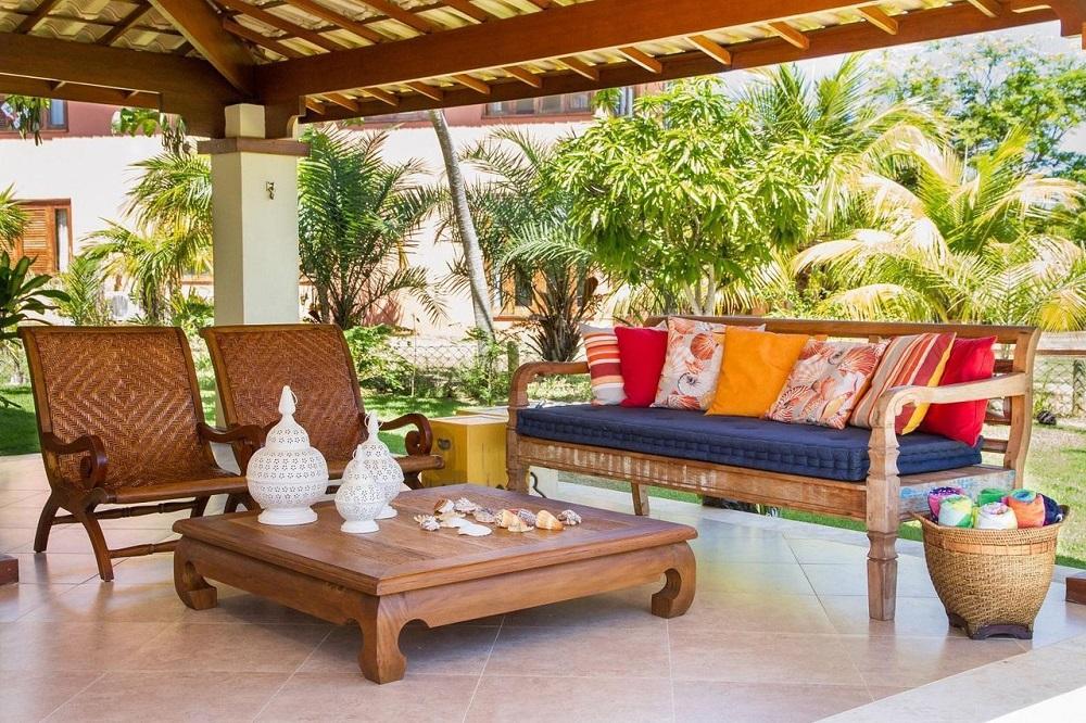 mesa para varanda com poltronas de madeira Foto Jamile Lima