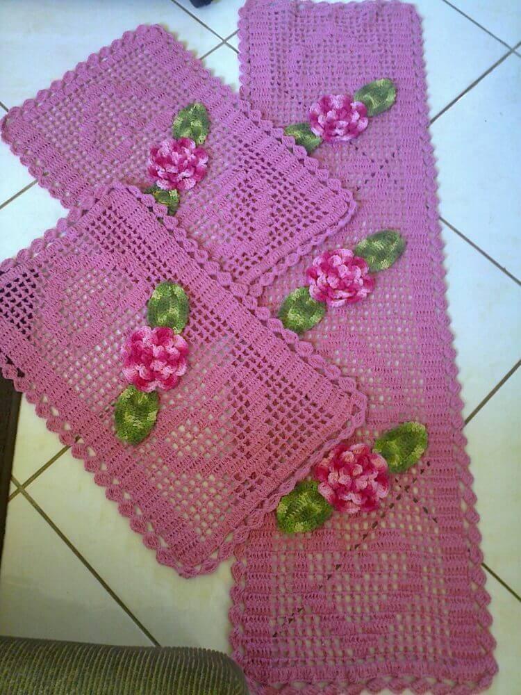 modelo cor de rosa de passadeira de crochê com flores Foto Assetproject