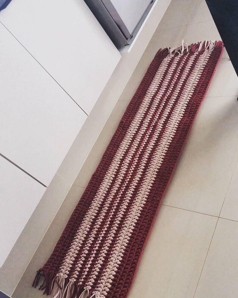 modelo de passadeira de crochê listrada e com franjas Foto Michelle Messiano